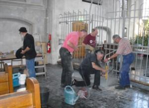 Samen een hekwerk plaatsen in de Mariakapel